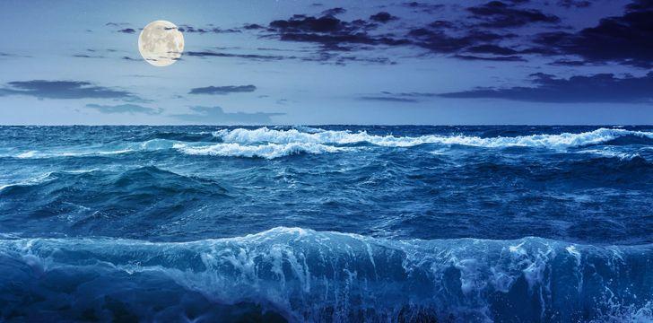 Devido à atração gravitacional do Sol e da Lua, temos marés