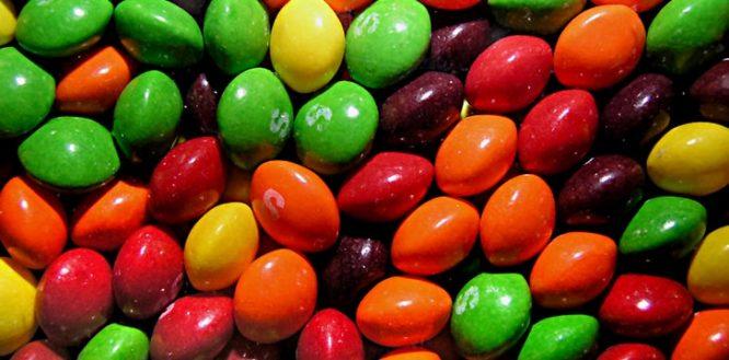 O corante alimentar vermelho para os Skittles é feito a partir de escaravelhos cozidos