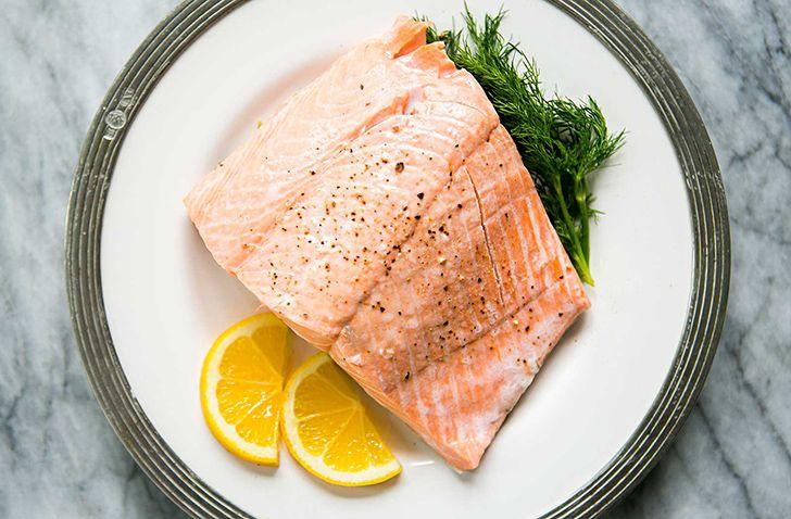 O salmão de viveiro é tingido de rosa